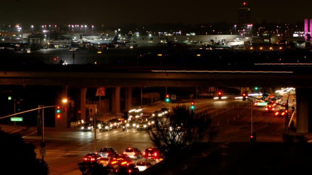 stockvideo's en b-roll-footage met lax night transportation time-lapse - airport pickup
