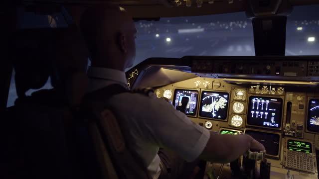 Night view as pilot taxis jumbo jet at San Francisco video