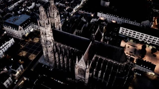 nachtzicht op prachtige middeleeuwse kathedraal Saint-Gatien video