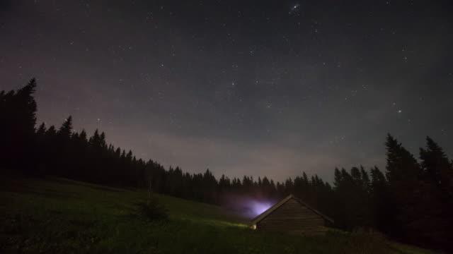 nachtansicht der bergsterne mit hütte - zeitraffer - slowakei stock-videos und b-roll-filmmaterial
