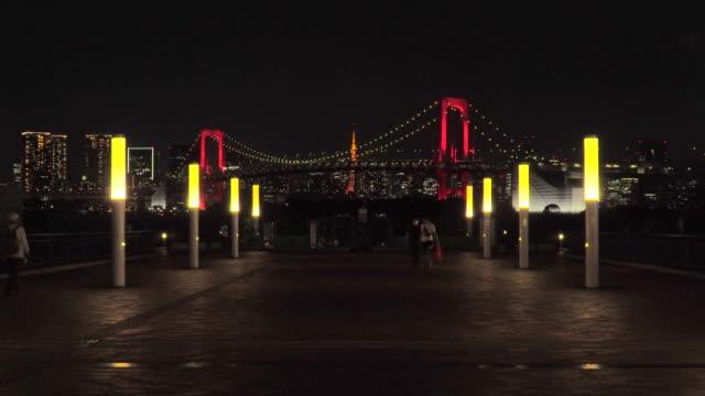 nattvy över rainbow bridge, upplyst av rött / tokyo alert - odaiba kaihin koen bildbanksvideor och videomaterial från bakom kulisserna
