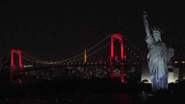 nattvy över rainbow bridge, upplyst i rött / tokyo alert - odaiba kaihin koen bildbanksvideor och videomaterial från bakom kulisserna
