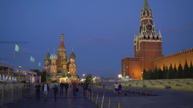 nattvisning av belysta spasskaya tornet och katedralen i st basil - vasilijkatedralen bildbanksvideor och videomaterial från bakom kulisserna