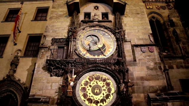 vista notturna dell'orologio astronomico medievale in piazza della città vecchia a praga, repubblica ceca - barocco video stock e b–roll