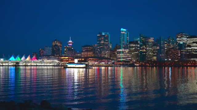 vídeos de stock e filmes b-roll de night view to north vancouver over vancouver harbour from stanley park. - vancouver