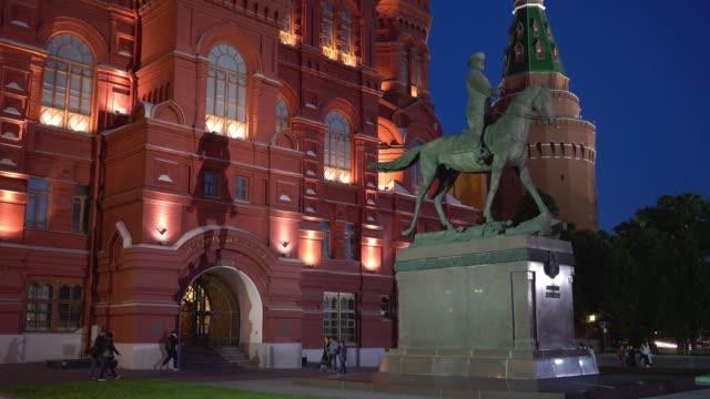 natt promenad längs upplysta röda torget nära monumentet till marskalk zhukov - kreml bildbanksvideor och videomaterial från bakom kulisserna