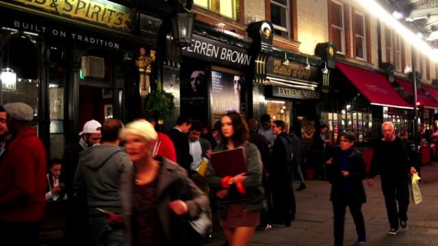 nattliv i london soho på st. martins court - pub bildbanksvideor och videomaterial från bakom kulisserna