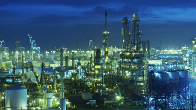 stockvideo's en b-roll-footage met nachtelijke luchtfoto van oil refinery - chemische fabriek