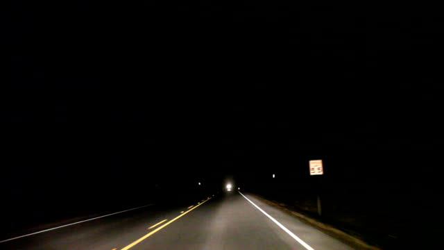 stockvideo's en b-roll-footage met hd: nighttime driving - maximumsnelheid bord