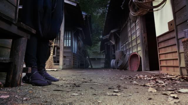 映画の忍者映画俳優が夜特殊効果 4 k に設定 - 空手点の映像素材/bロール