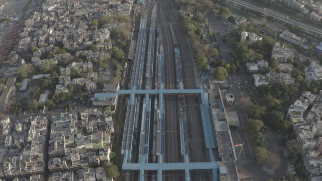 stockvideo's en b-roll-footage met nizamuddin railway station, new delhi - aerial 4k raw - lockdown