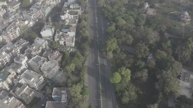 vídeos de stock, filmes e b-roll de nizamuddin west, nova deli, índia (hotspot covid19) aerial 4k raw - nova delhi
