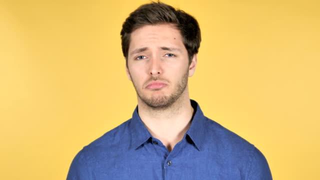 nie, nielubienie casual młody człowiek na żółty tło - negacja filmów i materiałów b-roll