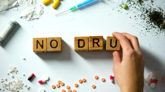 stockvideo's en b-roll-footage met geen drugs-zinsdeel op houten kubussen, misbruik en verslaving concept, sociale problemen - amfetamine
