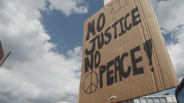 vídeos de stock, filmes e b-roll de sem justiça sem sinal de paz em manifestação contra o racismo e brutalidade policial - sinal