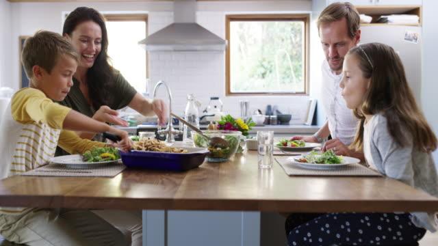 vídeos de stock, filmes e b-roll de ninguém aprecia a cozinha da mãe como ele faz. - jantar