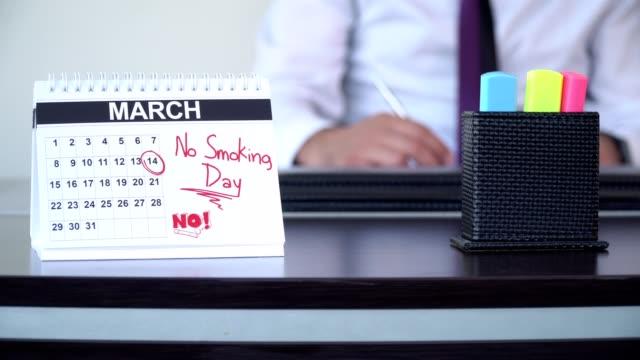 ingen rökning dag - speciella dagar - calendar workout bildbanksvideor och videomaterial från bakom kulisserna