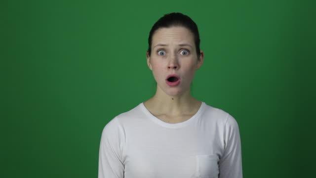 auf keinen fall! emotionale frau schauen sie überraschung und verwunderung. - gesichtsausdruck stock-videos und b-roll-filmmaterial