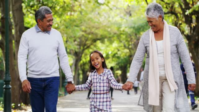 nobody can do for little children what grandparents do - nonna e nipote camminare video stock e b–roll