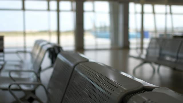stockvideo's en b-roll-footage met niemand op te wachten stoelen zone in de luchthaven, busstation - vliegveld vertrekhal