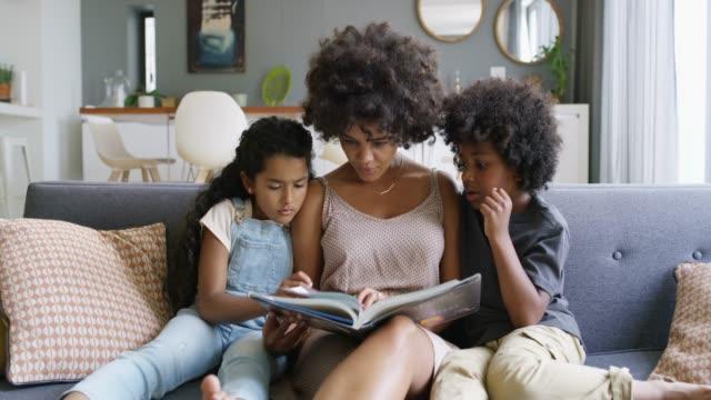 아무도 엄마 보다 더 나은 이야기를 알려줍니다. - reading 스톡 비디오 및 b-롤 화면