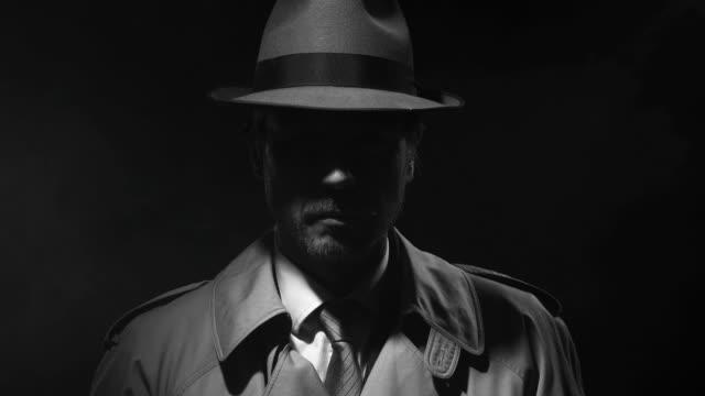 noir film ermittler stehen im dunkeln - verbrecher stock-videos und b-roll-filmmaterial