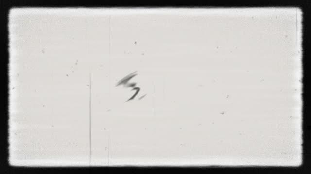 rauschen auf analogem tv-bildschirm vhs - fotografisches bild stock-videos und b-roll-filmmaterial