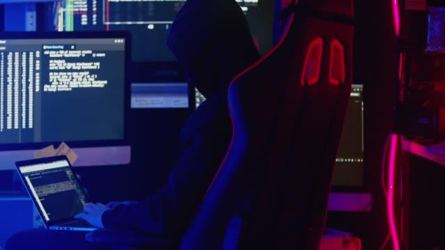 非国教徒 10 代のハッカー攻撃やウイルスに企業のサーバーをハッキングします。 - 上半身点の映像素材/bロール
