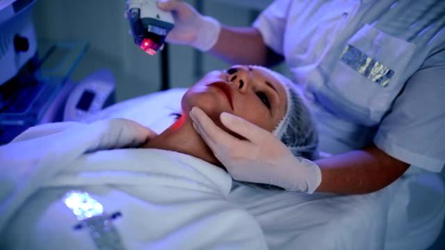 non-invasive procedure for facial rejuvenation - viziarsi video stock e b–roll