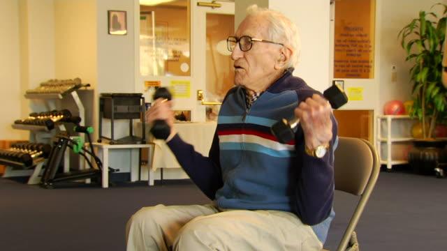 vídeos y material grabado en eventos de stock de norm de pesa de ejercicios - geriatría