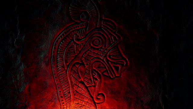 vídeos y material grabado en eventos de stock de escultura de piedra de dragón nórdico iluminada con fuego - vikingo