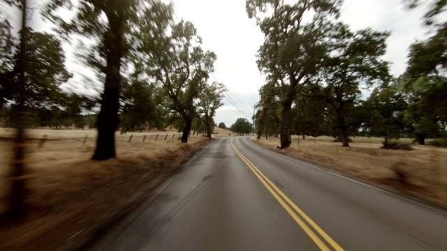 vidéos et rushes de north california xi série synchronisée plaque de conduite de vue arrière - voiture blanche
