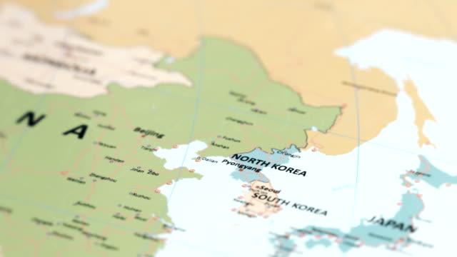 vídeos de stock, filmes e b-roll de coreia do norte de ásia no mapa do mundo - coreia