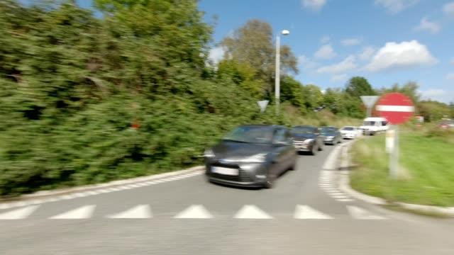 vidéos et rushes de nord-zélande iv série synchronisée plaque de conduite vue droite - rond point