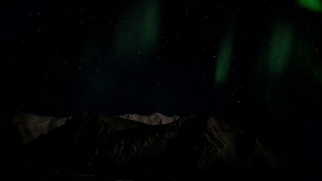 northern lights over the mountains - norrbotten bildbanksvideor och videomaterial från bakom kulisserna