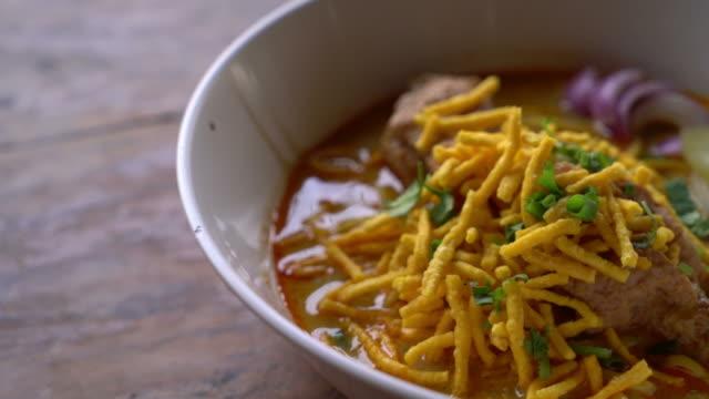 północna curried noodle zupa z kurczakiem - tajska kuchnia filmów i materiałów b-roll