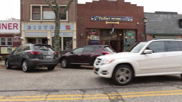 northport ny, main st. shops, traffic - caffetteria video stock e b–roll