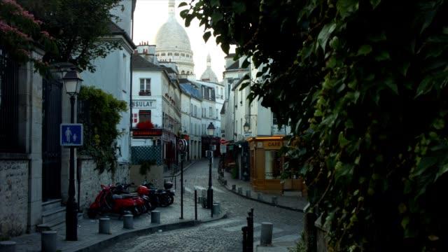 norvins street in montmartre, paris - fransk kultur bildbanksvideor och videomaterial från bakom kulisserna