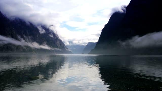 fiordo norvegese mattino - fiordo video stock e b–roll