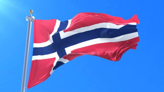 vídeos y material grabado en eventos de stock de bandera de noruega ondeando en el viento con cielo azul en bucle lento, - bergen