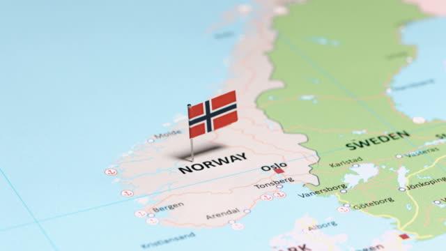 vídeos de stock e filmes b-roll de norway with national flag - escandinávia