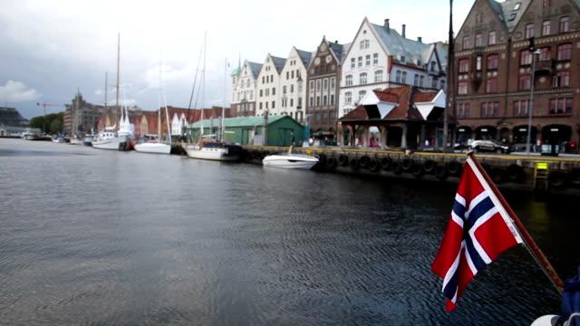 vídeos y material grabado en eventos de stock de bandera de noruega y bryggen old town in bergen - bergen