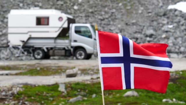 stockvideo's en b-roll-footage met noorse vlag en camper auto in bergen - caravan