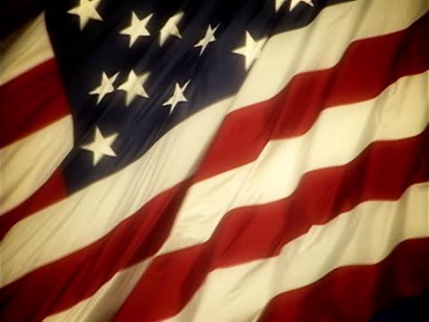 nostalgiczny amerykańska flaga falując - machać filmów i materiałów b-roll