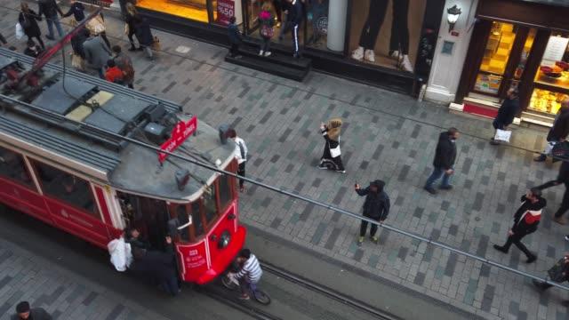 stockvideo's en b-roll-footage met nostalgische rode tram in istiklal street van bovenaf - buiten de vs