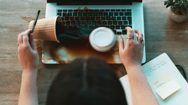 """non quello che intendevo quando ho detto """"versa il tè"""" - caffè bevanda video stock e b–roll"""