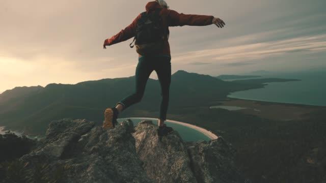 vidéos et rushes de rien ne vaut l'ascension d'une montagne pour voir le lever du soleil - randonnée équestre