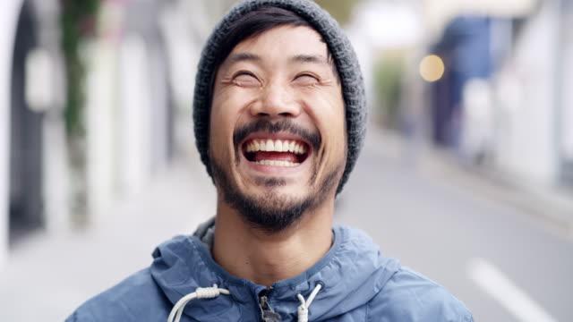 nichts kann mein lächeln heute verdumbern - junger mann stock-videos und b-roll-filmmaterial