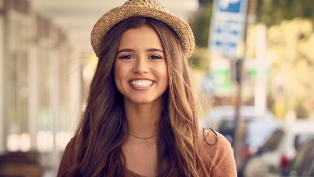vídeos de stock, filmes e b-roll de nada mais bonito do que uma pequena peculiaridade - mulheres jovens