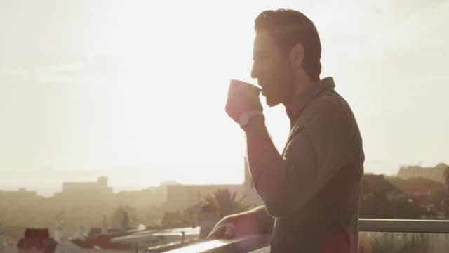 좋은 전망과 커피보다 더 좋은 것은 없습니다. - wellness 스톡 비디오 및 b-롤 화면